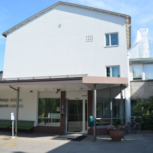En bild på raseborgs sjukhus entre. Byggnadsställningar syns på bilden. De byggs på innergården.