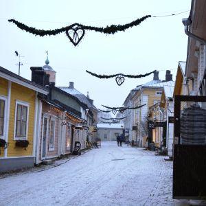 Det snöar i Gamla stan i Borgå.