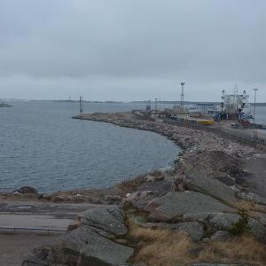 Det är litet plats för fartygen i Hangö hamn, därför vill hamnen bygga ut till vänster på bilden.