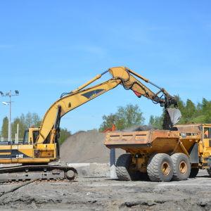 Jordmassor grävs bort i Norra hamnen i Ekenäs.