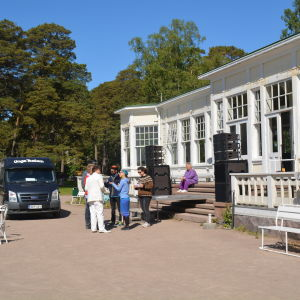 Teaterfolket har invaderat Casinot i Hangö inför spektaklet Casinoblanca.
