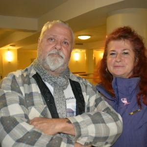 En man och en kvinna i en foajé till stadshus