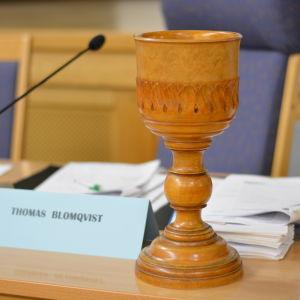 En utsirad träskål på fullmäktiges presidiebord.
