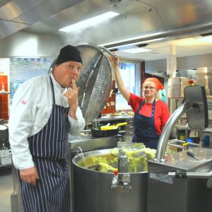 Kock Michael Björklund smakar på potatismos i centralköket i Karis högstadium.