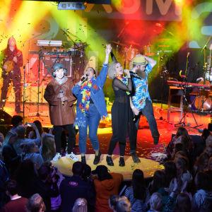 Jakob, Pernilla, Märta och Jonas på scenen. Konfetti i luften.