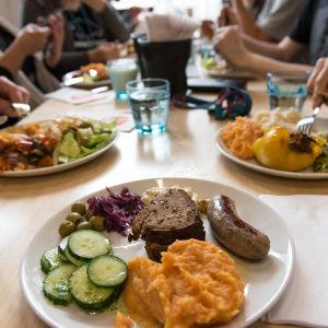 måltid med många maträtter