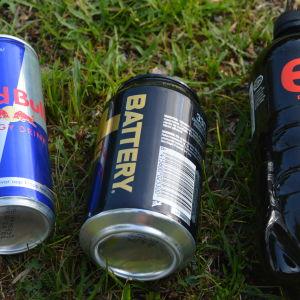 energidrycker i gräset.