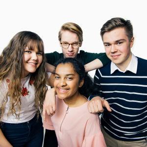 Kuvassa takarivissä vasemmalta oikealle Anna Kauppinen, Pietari Salmi ja Matias Varjonen. Etualalla Priya Härkönen.