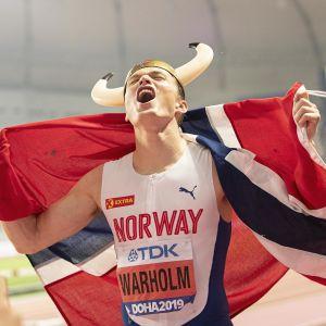 Karsten Warholm jublar efter sitt VM-guld i Doha.