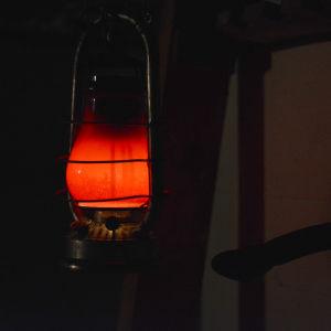 En röd lykta i ett mörker.