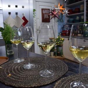 Neljä viinilasia rivissä.