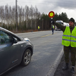 Kokelas Laura Lähdekorpi pysäyttää auton uudenmaan rajalla.