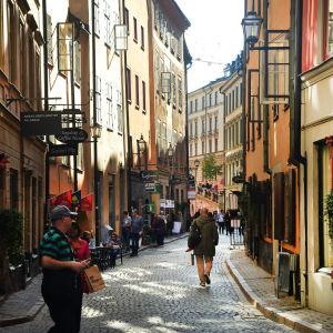 En folktom gata i Gamla stan i Stockholm.