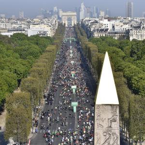 Tiotusentals maratonlöpare på Champs-Élysées i april 2019