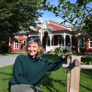 Lena Gillberg omenapuun vieressä Strömsön huvilan edessä.