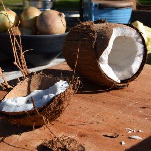 En öppnad kokosnöt på en skärbräda