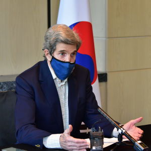 USA:s klimatsändebud John Kerry på besök i Sydkorea. Han har ett blått muskydd på sig och talar i mikrofon. Bakom honom syns Sydkoreas flagga.