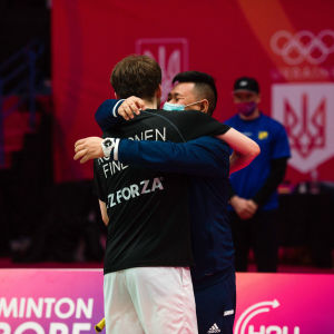 Sulkapallovalmentaja Teguh Santoso ja sulkapalloilija Kalle Koljonen halaavat sulkapallon EM-kisoissa Kiovassa 2021.