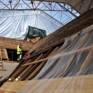 Taket på Kvevlax kyrka repareras