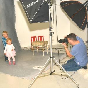 Hampus och Hilma fotograferas i en studio av Kjell Svenskberg.