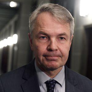 Utrikesminister Pekka Haavisto (Gröna) med sammanbiten min.
