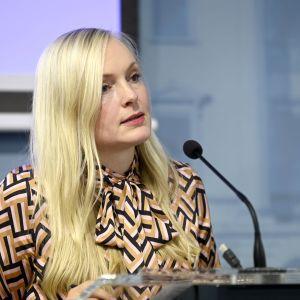 Maria Ohisalo puhumassa tiedotustilaisuudessa.