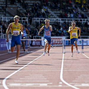 Jonni Blomqvist löper bredvid två svenskar i Sverigekampen.