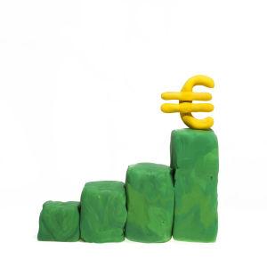 Fyra gröna staplar i stigande höjd. På den översta ett eurotecken i gult.