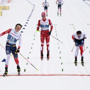 Johannes Høsflot Klæbo åker i mål före Emil Iverse och Aleksandr Bolsjunov.