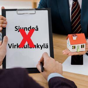 Två händer skriver på ett papper där det står Sjundeå plus Virkkulankylä och det har dragits ett rött kryss över. En annan hand sträcker fram ett hus.