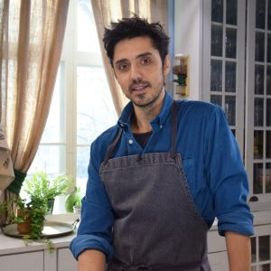 En man i ett kök