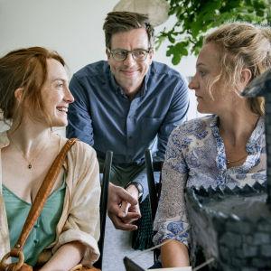 Karaktärerna Anna och David ler mot Ella i dramaserien Dejta.