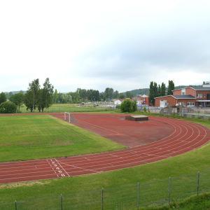 En sportplan med löpbanor.