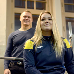 Miranda Rautomaa sitter i förgrunden och Johan Henriksson stårbakom henne.