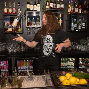 Baarimestari Samuel Honkavaaran valmistaa drinkin Riff -baarissa Helsingissä.