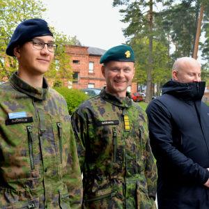 tre män i militära kläder