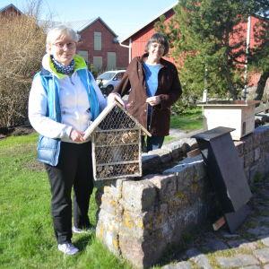 Eija Oranen-Hilko och Astrid Lindström från Hangö miljöförening visar insekthotell, igelkottsbo och fladdermusbo.