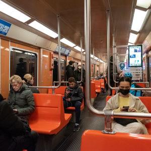 Matkustajia Helsingin metrossa.