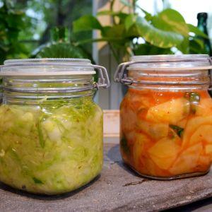 Hapankaalia ja kimchiä lasisissa purkeissa keittiössä
