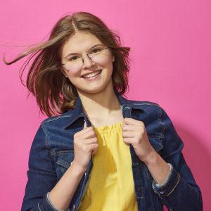 Isabel poserar glatt med vinden i håret.