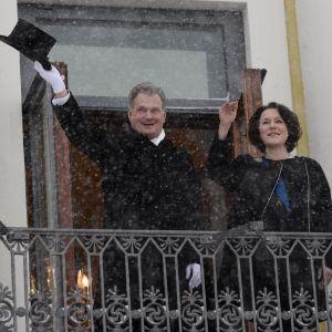Sauli Niinistö vinkar till folket under när han inleder sin andra period som president.