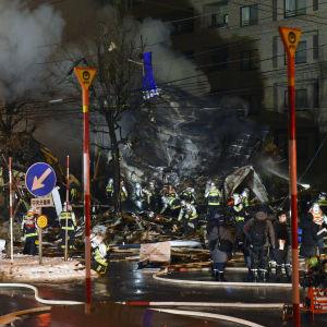 Brandmän bekämpar en brand i japanska Sapporo.