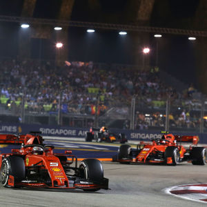 Sebastian Vettel kör i kurva före Charles Leclerc.