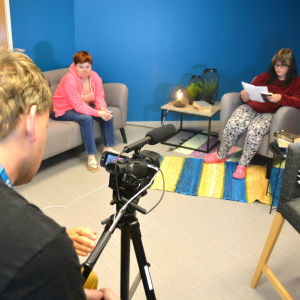 människor kring kamera i studioutrymme