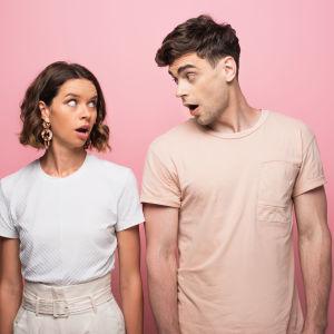 ungt par ser på varandra och gapar