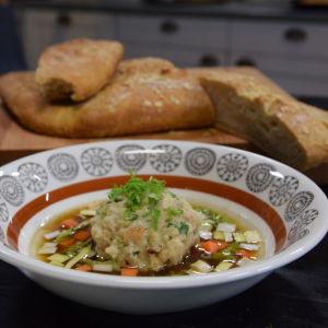 En portion med knödel med linssoppa