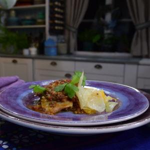 Portion med Vitkålscassoulet med lammfärs i ett kök
