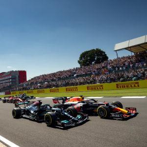 Lewis Hamilton ja Max Verstappen rinnakkain Britannian gp:n alkuvaiheilla.