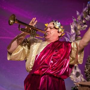 På bilden syns skådespelaren Paul Holländer i rollen som Julius Caesar.