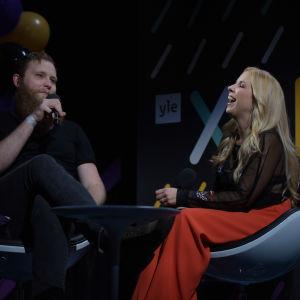 Jonas intervjuar Krista Siegfrids. Hon skrattar stort.